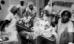 Ku Klux Klan member being operated in one of the hospitals in Alabama. Les personnalités sont biensur les soignants, perso j'lui aurais chier dessu ... Désolé pour la vulgarité mais c'est tout ce que m'inspire ce genre de personne.