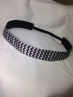 Black & White chevron non-slip headband for everyday and active wear.  Best headband ever.  Ever!