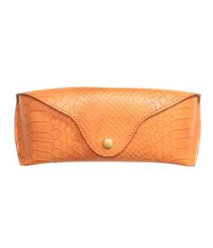 Glasses case in imitation leather. Reinforced front section, flap with snap fastener, and imitation suede lining. Size 2 1/4 x 6 1/4 in.