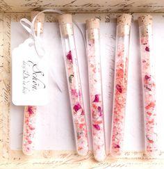 Fertige Gastgeschenke: Badesalz mit Rosenblätter im Reagenzglas