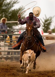 A rodeo cowboys at The Bill Pickett Rodeo, based in Denver, Colorado, the only all-black invitational rodeo in America. Black cowboys compete seasonally for points toward the best-all-around cowboy at rodeo events in major U. Rodeo Cowboys, Real Cowboys, Black Cowboys, Black Cowgirl, Cowboy And Cowgirl, Rodeo Events, The Lone Ranger, Black History Facts, My Black Is Beautiful