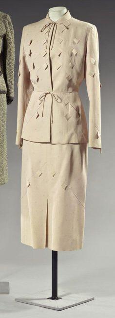"""ADRIAN Tailleur Hiver 1947. Jupe et veste en façonné de laine camel à effet de damier ton sur ton et """"écailles"""" carrées en relief."""