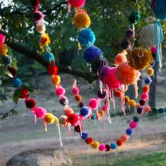 Yarn pom poms make super cute party decor / escort cards / confetti / garlands. Find lots of ideas + tutorials here! (via Honestly WTF)