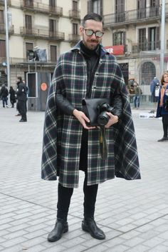 Love that poncho Best Mens Fashion, Boy Fashion, Winter Fashion, Fashion Outfits, Mode Masculine, Mens Cape, Androgynous Fashion, Urban Street Style, Mode Style