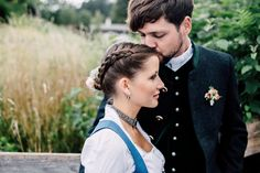 Eine wunderschöne Trachtenhochzeit am Schliersee von Chris Wesser und snabbox. Die Braut trägt Drindl, gefeiert wird im Hotel Terofal.