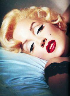 Halloween Pin Up Girl inspiration . Marilyn of course Marylin Monroe, Fotos Marilyn Monroe, Marilyn Monroe Makeup, Pin Up Vintage, Vintage Beauty, Vintage Makeup, Vintage Hair, 1950s Makeup, Retro Makeup