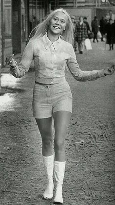 """Hot pants was very brief tight shorts worn by women as an outer garment. Categorized as """"short shorts,"""" hot pants commonly have an inseam le. Vintage Outfits, 70s Vintage Fashion, Vintage Mode, Moda Fashion, 70s Fashion, Fashion History, Fashion Outfits, Fashion Stores, Dress Fashion"""