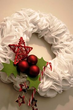 Fabric or paper wreath Holly Wreath, Felt Wreath, Christmas Time, Christmas Wreaths, Christmas Ideas, Merry And Bright, Deco Mesh, Fall Halloween, Seasons