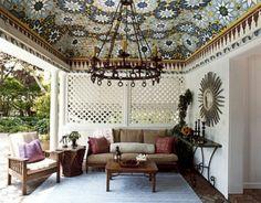Waarom alleen behang binnen en tegen de muur gebruiken? Denk ook eens aan het plafond en buiten. Zie hier een prachtig voorbeeld.....