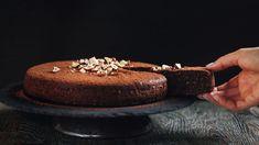 Vypadá nenápadně, ale chutná božsky! Vláčný koláč zlískových oříšků akakaa je přirozeně bezlepkový, chutí trochu připomíná brownies anutellu, akdyž ho upečete zdvojnásobné dávky ve 2 formách jako dvoupatrový dort se šlehačkou, rozhodně taky nikoho neurazí. Hotový je přitom během chvilky! Nutella, Tiramisu, Brownies, Sweets, Ethnic Recipes, Fit, Bakken, Cake Brownies, Gummi Candy