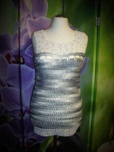 Jane ist ein leichtes Top, ideal für den Frühling und Sommer. Da es individuell erweitert werden kann, kann daraus auch ein Kleid oder auch eine Tunika werden.Die Anleitung ist bebildert und ausführlich geschrieben. Es gibt ebenfalls eine handschriftl Crochet Top, Tops, Fashion, Fast Crochet, Tunic, Summer, Tutorials, Gowns, Moda