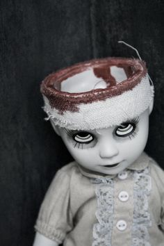 Poor Purdy The doll is not made by me but by Living Dead Dolls Purdy Fete Halloween, Halloween Doll, Creepy Halloween, Diy Halloween Decorations, Vintage Halloween, Halloween Crafts, Scary Decorations, Creepy Baby Dolls, Creepy Toys