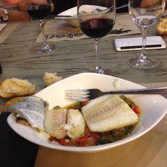Gran menú en el Hatari del Casco Viejo Bilbaíno . Plato de bacalao con verduras. .