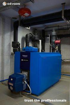 Θέρμανση. - Μαντεμένιος λέβητας μεσαίου μεγέθους σε λεβητοστάσιο με συστοιχία λεβήτων