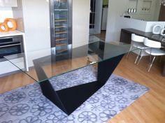 Tavolo con basamento in ferro rivestito in micro malta e piano in vetro
