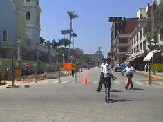 Automóviles desviados a la avenida 2