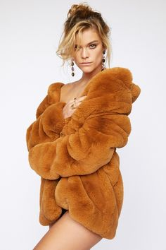 Makeup Artist Rommy Najor Newest Portrait Series with Nina Agdal - Fashion Editorials Artistic Fashion Photography, Fashion Photography Inspiration, Fashion Model Poses, Fashion Models, Fur Fashion, Leather Fashion, Nina Agdal, Cute Jackets, Fox Fur Coat