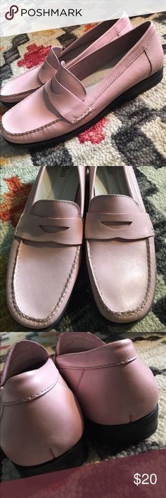 Bass Classic Pink Penny Loafers 8.5 Narrow Unworn. Super Preppy classic Loafers. Made in Brazil. Narrow width. Cushioned Insoles. Bass Shoes Flats & Loafers