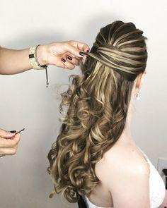 Pin by Silvia Mendoza on peinados niña in 2019 Classy Hairstyles, Wedding Hairstyles For Long Hair, Bride Hairstyles, Down Hairstyles, Pretty Hairstyles, Front Hair Styles, Curly Hair Styles, Fairytale Hair, Peinado Updo