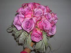 bruidsboeket - bolvormig met rozen en tylansia  - flowered by falenopsis boechout