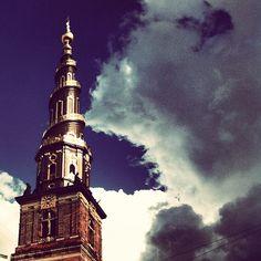 Vor Frelsers Kirke in København K, Region Hovedstaden. Vor Frelsers Kirke ligger i Sankt Annæ Gade på Christianshavn i Københavns Kommune. Kirken er mest kendt for sit spiralsnoede spir, men den rummer også en imponerende, udskåret orgelfacade fra 1698 og Nicodemus Tessins mesterstykke af en altertavle.