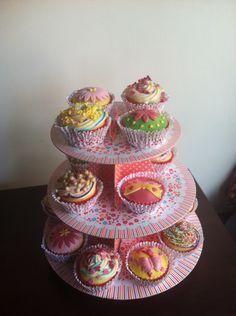 cupcakes vanille fourrés à la fraise avec déco pate à sucre et mascarpone