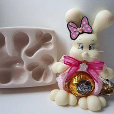 O primeiro modelinho com a idéia de como usar o molde ja esta pronto... Jaja o outro modelinho Artisan Chocolate, Pasta Flexible, Vintage Crafts, Cold Porcelain, Clay Creations, Cake Pops, Silicone Molds, Biscuits, Diy And Crafts
