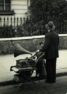 http://WhoLovesYou.ME | #streetmusician #streetperformer Coppola Horacio. Londres, 1934 #streetperformer #busker