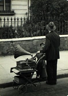 http://WhoLovesYou.ME   #streetmusician #streetperformer Coppola Horacio. Londres, 1934 #streetperformer #busker