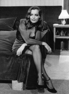 Romy Schneider - wow - what a beauty! Hollywood Glamour, Old Hollywood, Poses, Vanessa Redgrave, Actrices Hollywood, Alain Delon, French Actress, Belle Photo, Beautiful Actresses