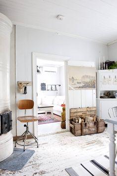 Talon puulattiat ovat alkuperäiset. Nettaa viehättää vanha ja kulunut maalipinta, eikä hän halua maalata lattiaa uudelleen. Nurkkaa koristava astiakaappi on löytynyt nettihuuto-kaupasta. Vanha puulaatikko toimii halkolaatikkona.