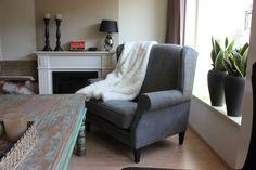 Type fauteuil Diane in mooie grijze klassieke stof met tekst patroon. Heerlijke stoel om een lange avond in weg te zakken.