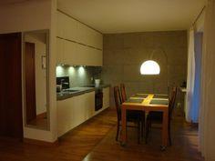 Mieszkanie 2-pokojowe w bardzo wysokim standardzie o powierzchni 48m².LOKALIZACJA:Mieszkanie znajduje się w centrum Bielska- Białej. W pobliżu sklepy, urzędy, przychodnie i miejsca sportu i kultury. Lokalizacja bardzo dobrze skomunikowana z innymi częściami miasta.BUDYNEK:Mieszkanie położone jest na I piętrze w nowym budynkumieszkalnym wielorodzinnym z windą. Do mieszkania przynależy miejsce parkingowew garażu podziemnym.ROZKŁAD I WYPOSAŻENIE: Wnętrza zostały zaprojektowane i urządzone w…
