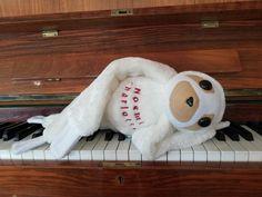 dieses außergewöhnliche Faultier war eine Spezialanfertigung. Auf Kundenwunsch in weißen Plüsch mit Melodie aus pan's Labyrinth und mit Namen, gestickt in dunkelrot. #nichtsistunmöglich #spieluhrfaultier #spezialanfertigung nach #kundenwunsch Labyrinth, Baby Kind, Snoopy, Practical Gifts, Hand Puppets, Sloth Animal
