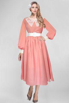 Костюмно-плательная шерсть розовато-кораллово- лососевого цвета .  Ткань производства Италии. Итальянские ткани . Состав ткани :77 % шерсть, 23 % полиэстер Ширина ткани 160 см  Цена 1300 руб. за метр.