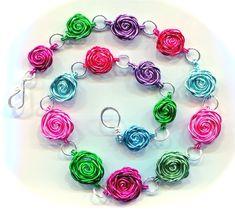 Collar con rosas de alambre