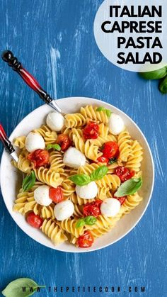 This family-friendly vegetarian Italian Caprese pasta salad takes only 5 ingredients and 20 to make - Perfect for a quick summer meal! #vegetarian #pasta #italian