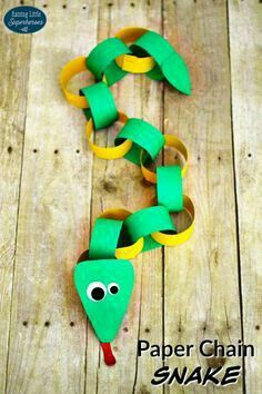 This Paper Chain Snake is a fun craft for any snake fan to make. You can also use this silly animal craft as a countdown to your next trip to the zoo. kids crafts How To Make A Paper Chain Snake - Animal Crafts For Kids, Summer Crafts For Kids, Diy For Kids, Preschool Animal Crafts, Jungle Crafts, Creative Ideas For Kids, Children Crafts, Summer Diy, Arts And Crafts For Kids Toddlers