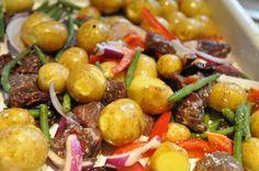 Sprødt kartoffelfad med løg, peberfrugt, bønner og soltørret tomat