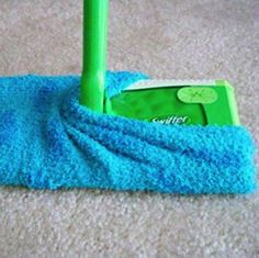Make your own Swiffer cleaning pad that you can wash and reuse countless times Cleaning Solutions, Diy Cleaning Products, Cleaning Hacks, Ugg Cleaning, Floor Cleaning, Lifehacks, Homemade Art, Diy Carpet, Modern Carpet