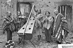 MARTIN CHAMBI. GRUPO MUSICAL, FUNDADORES DEL CENTRO QOSQO DE ARTE NATIVO, CUSCO, 1936. (EL DE LA IZQUIERDA ES CHAMBI)