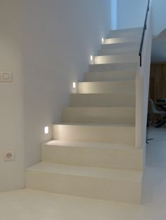Para los amantes del blanco... Escalera de microcemento que genera sensación de limpieza y amplitud ideal para interiores con espacios reducidos. Staircase Lighting Ideas, Stairway Lighting, Lights On Stairs, Hallway Colour Schemes, Hallway Colours, Staircase Makeover, Contemporary Stairs, Stair Handrail, Interior Stairs