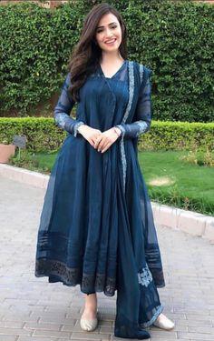 Sana Javed giving us major dressing goals Pakistani Fashion Casual, Pakistani Dresses Casual, Indian Gowns Dresses, Pakistani Dress Design, Indian Fashion, Ethnic Outfits, Indian Outfits, Fashion Outfits, Stylish Dresses