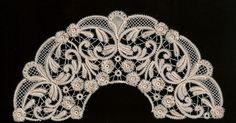 Gracias a Josefina, que me hizo algunas perlas de las flores, lo terminé en junio y estoy pensando si lo monto o no, en el varillaje. Me da ... Beaded Embroidery, Embroidery Patterns, Lace Stencil, Romanian Lace, Art Nouveau Pattern, Lacemaking, Lace Jewelry, Tatting Lace, Bobbin Lace