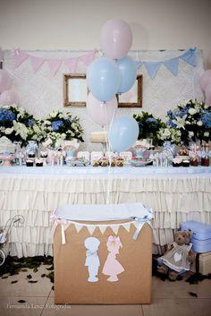 Chá de bebê surpresa: O segredo foi revelado ao abrir a caixa de papelão, onde sairia balões azuis ou rosas, indicando o sexo do bebê.