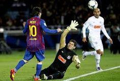 En este momento se puede analizar que (Messi 10) Hace  como una especie de vaselina para levantar el balón , el arquero sale al ataque pero no alcanza el balón , el otro jugador solo observa la jugada.