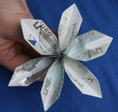 Folding Money – folding flower / bills Source by wolfgschoene Origami Fish, Origami Butterfly, Diy Origami, Origami Flowers, Origami Tutorial, Creative Money Gifts, Money Flowers, Folding Money, Origami Wedding