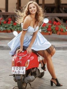 Scooters Vespa, Motos Vespa, Motor Scooters, Vintage Vespa, Bmw Scrambler, Vespa Girl, Scooter Girl, Most Romantic Hollywood Movies, Red Vespa