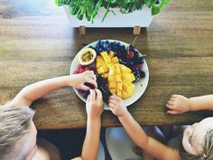 Managing Kids' Nutrition and a Positive Relationship With Food via @SocialMoms #Wellness #HealthyLiving #HealthyEating #kids
