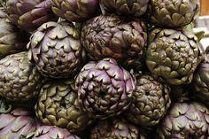 Artičoke izgledom podsećaju na korov ali spadaju u retke biljke koje imaju malo kalorija a mnogo nutrijenata. Mogu se kuvati na pari, grilovati, peći,…